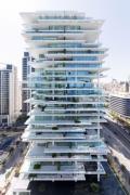 Здание со слоистым стеклянным фасадом