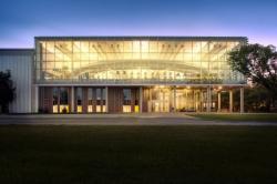 Здание спортивного центра  с максимально открытым фасадом