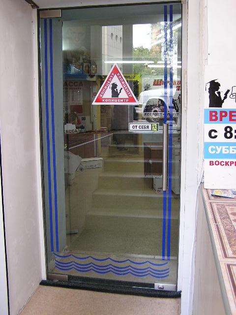 Маятниковые распашные стеклянные двери