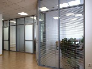 Офисные перегородки: стеклянные, ПВХ, алюминиевые.