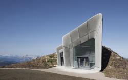 Строения музея на отвесной скале