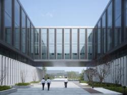 Новое здание в стальном фасаде