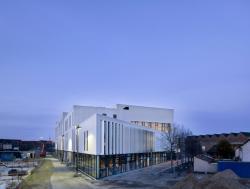 Полосатый фасад для центра искусств