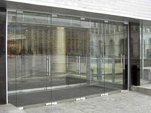 Стеклянные двери входные и межкомнатные. По способу открывания: Распашные, Раздвижные, Маятниковые.