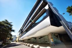 Инновационное здание с энергоэффективными технологиями