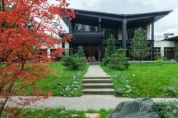 Современная архитектура с крылатым фасадом